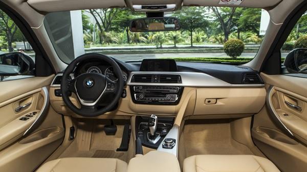 Không gian rộng thoáng bên trong của dòng xe ô tô BMW 320i 2020