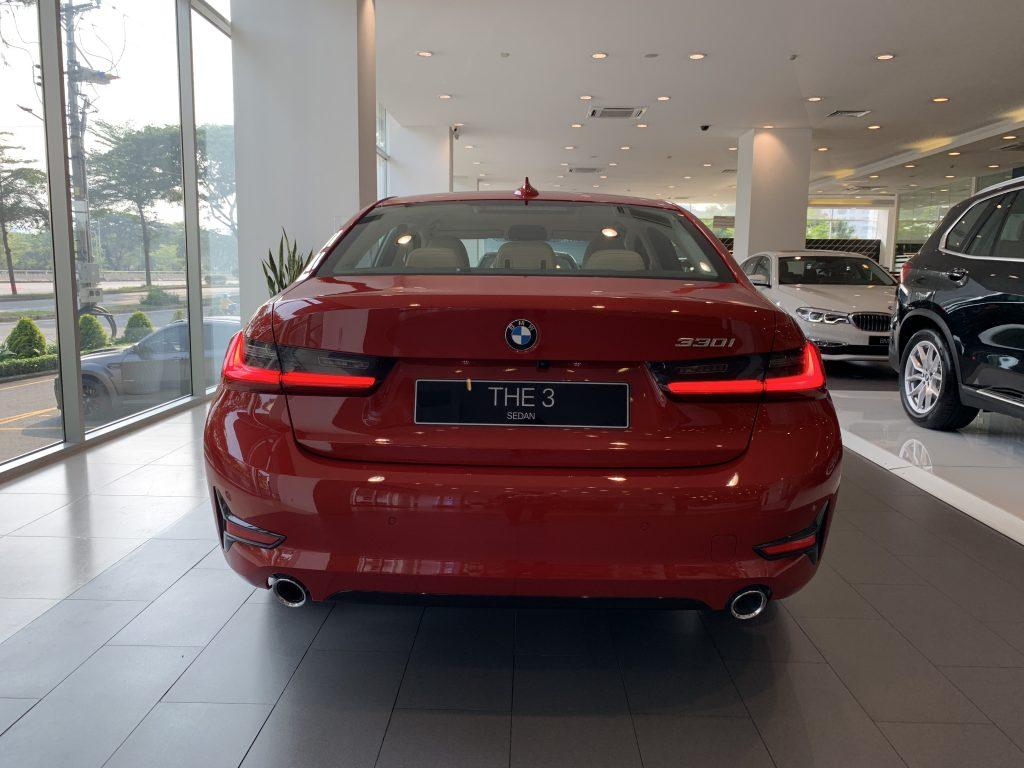 Phần đuôi xe BMW 330i Sport Line