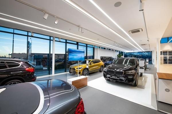 Không gian bên trong showroom được thiết kế sang trọng, tiện nghi và hiện đại